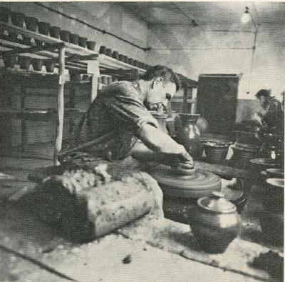 И. Т. Кошелев. Мастер болдинской керамики за работой