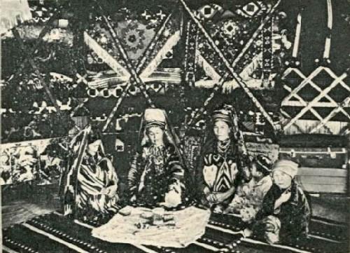 Мастерицы в юрте