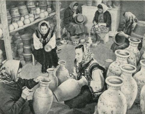 Мастерицы косовской керамики в цехе
