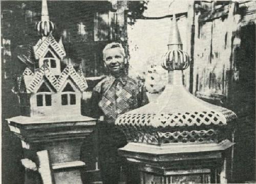Мастер просечного железа Н. П. Чуфарин со своими работами