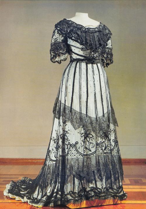 Платье бальное (лиф и юбка) из черного тюля на белом атласном чехле