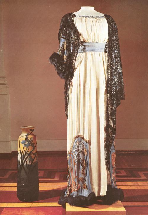 Платье вечернее из белого шифона, полудлинные рукава и вставки на подоле – из голубого