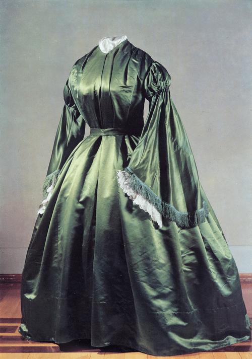 Платье из темно-зеленого атласа, на кринолине