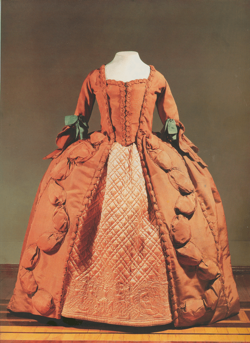 Платье-роба из красно-кирпичного шелка, на фижмах