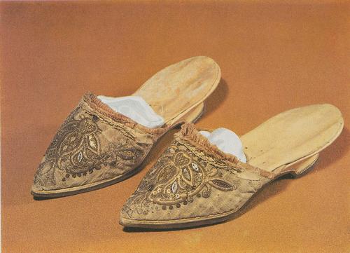 Туфли из светлого шелка, расшиты металлической нитью и цветными стеклами, с острым носком, без задника, на невысоком каблуке