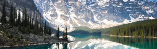 Канадские Скалистые горы примерно образуют границу между провинциями Британская Колумбия и Альберта.