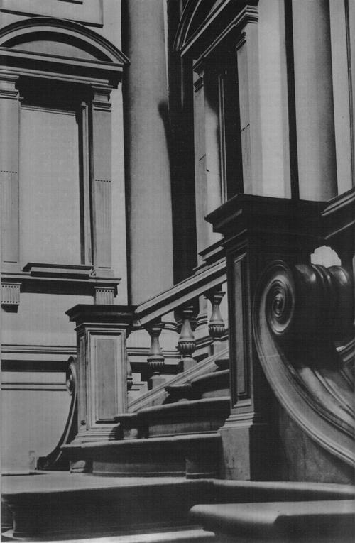 Библиотека Лауренциана. Фрагмент вестибюля и лестницы.