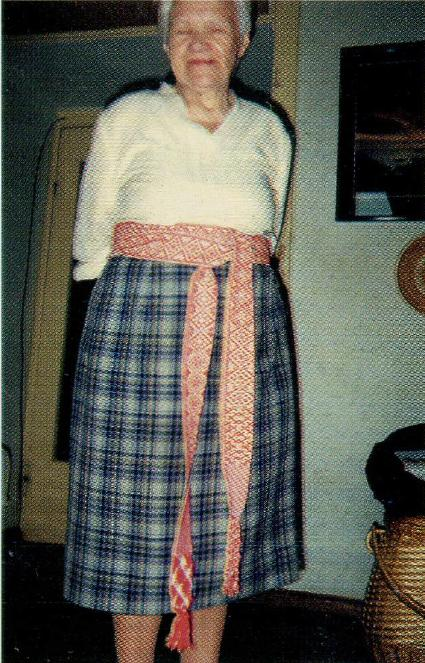 Лиелвардский пояс и способ его ношения. Илга Мадре. Фото автора, 2000 г.