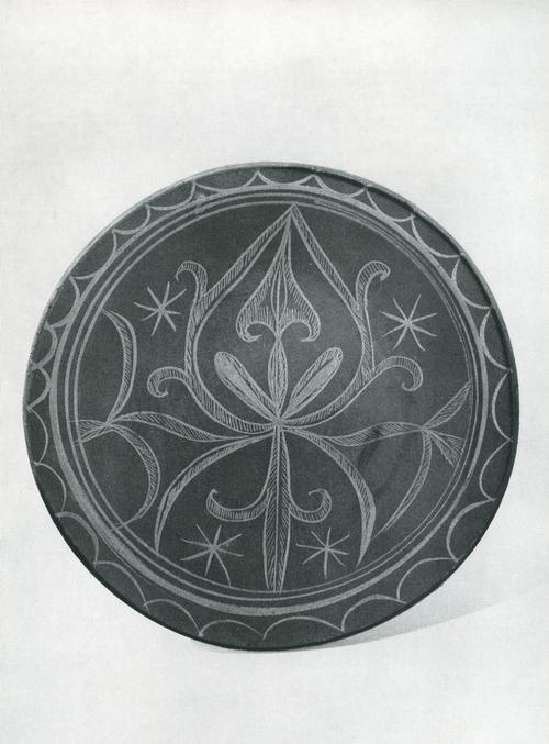Тарелка. Задымленная керамика, лощение, белая ангобная роспись. Лакцы, с. Балхар 1964