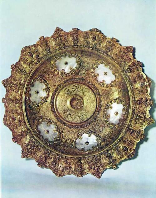БЛЮДО Нюрнберг. Мастер Ганс Брабант, работал в 1535-1569 гг. Серебро, перламутр, золото, драгоценные камни. Литье, травление, эмаль, «живопись пол стеклом