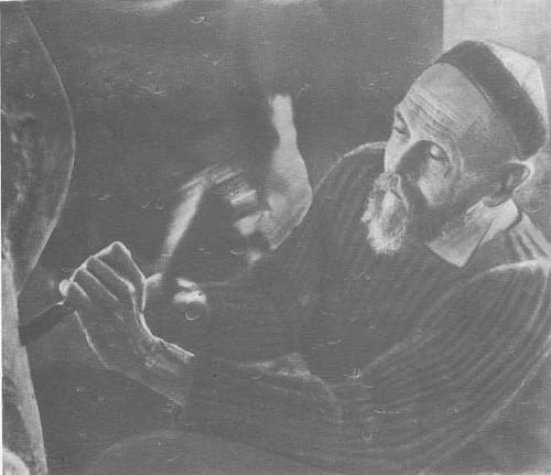 Василий Алексеевич Ватагин за работой.