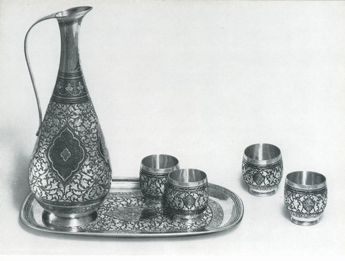 Винный комплект: кувшин, поднос, четыре стопки. Серебро, чернь, глубокая гравировка, чеканка, оксидировка. Мастер Р. Алиханов, с. Даргинцы, Кубачи. 1968