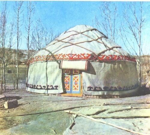 На далеких отгонных пастбищах древнее жилище киргизов используется и сегодня. В наши дни искусство изготовления и оформления юрты возрождается. Вы видите на фотографии юрту, которую сделали мастера из республиканского объединения народных художественных промыслов «Кыял». Можно представить, как хорошо будет жить в ней пастухам.