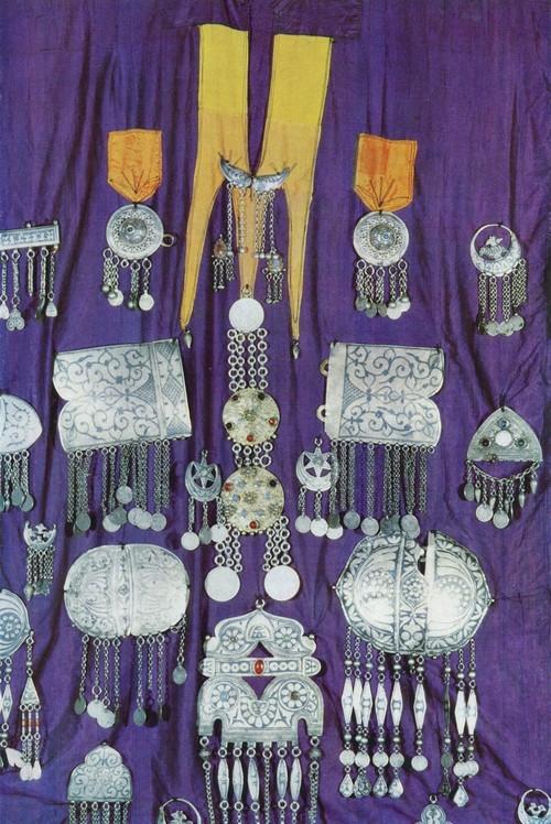 Свадебное платье с нашитыми серебряными, украшениями, изготовленными аварскими мастерами. Серебро, чернь, гравировка. Лакцы, с. Балхар. Конец XIX в.