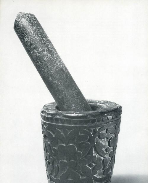 Ступка с пестиком. Камень, выемчатая резьба. Даргинцы, с. Кубачи. Втсграя пол. XIX в.