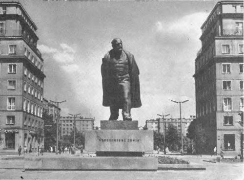 М. Конечный. Памятник В. И. Ленину в Новой Гуте в Кракове. Бронза, гранит. 1973.