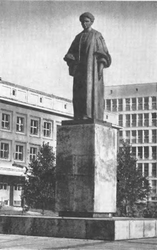 М. Конечный. Памятник Марии Склодовской-Кюри в Люблине. Бронза, гранит. 1964.