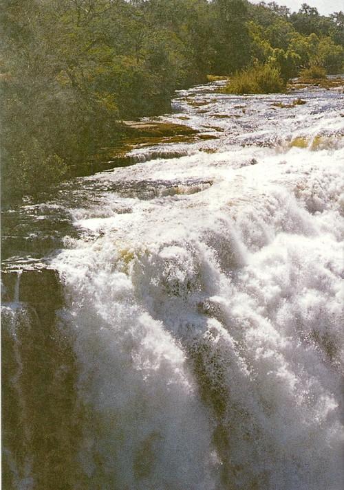 Водопад Виктория. Замбези срывается вниз, в узкое базальтовое ущелье, к которому примыкают другие зигзагообразные каньоны
