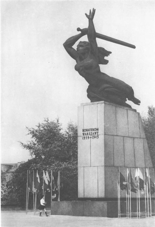 Мариан Конечный. «Варшавская Нике (памятник героям Варшавы 1939 —1945 годов). Бронза, гранит. 1964.