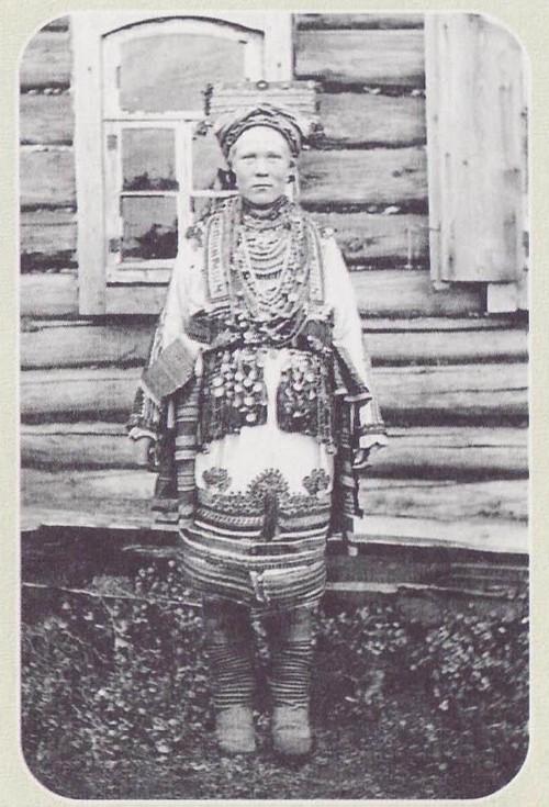 Мокшанская женщина в праздничном костюме. ХХ век