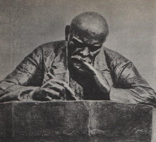Н. Андреев. В. И. Ленин. Гипс тонированный. 1920.