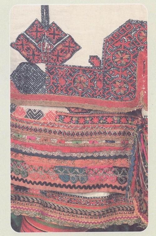 Фрагмент вышивок мокшанских рубах. Конец XIX в. — начало XX в. Пензенская губ., Инсарский уезд (ныне Республика Мордовия, Старошайговский район)