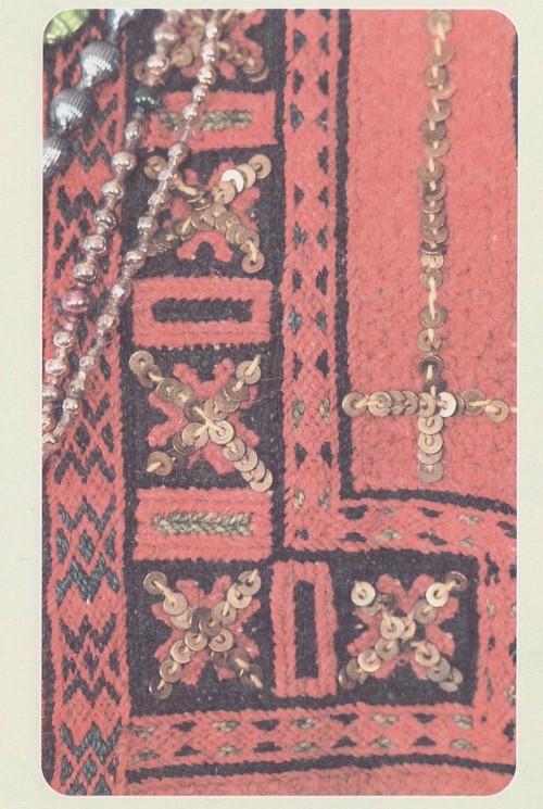 Фрагмент нагрудной вышивки женской эрзянской распашной одежды. 30-е гг. XX в. Республика Мордовия, Большеберезниковский район