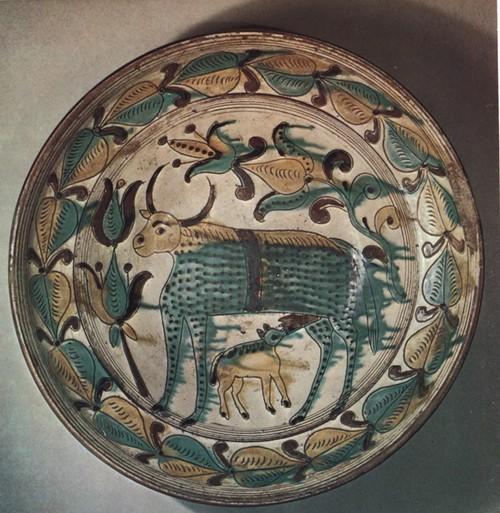 М. Баранюк. Миска с изображением коровы и теленка. 27 х 7,5. Собрание Е. и 3. Сагайдачных.