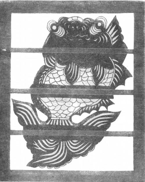 Золотая рыбка Вырезка из бумаги, наклеенная на окно; сделана ь наши дни крестьянкой из провинции Шаньдун
