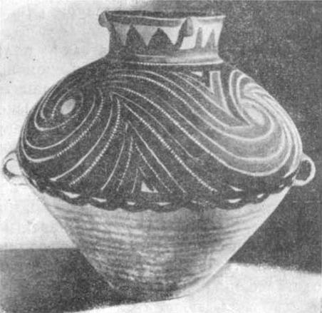 Сосуд из глины с орнаментом из нарисованных яркокрасных и черных спиралей. Период Яншао, ок. 3.5 тыс. лет до и. э.