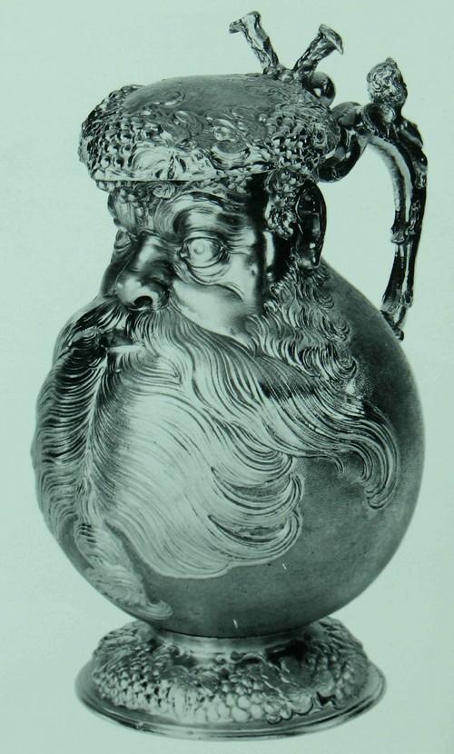 Беллармин (пузатый кувшин с узким горлышком) Серебро, позолоченное изнутри. Немецкий. Аугсбург, прибл. 1625. Изготовитель: Мельхиор Гельб (Melchior Gelb) (мастер с 1616 года, умер в 1654 году). Вышина: 25.8 см. Диаметр базы: 12.2 см К321а Кувшин этой формы, названный именем кардинала на которого он (предположительно) походил, был разработан гончарами в Кельне, и в первую половину шестнадцатого столетия встречался почти исключительно среди керамических изделий рейнской области. Имитации с применением драгоценных металлов были очень редки, и в данном случае производитель. Мельхиор Гельб, был несомненно одним из ювелиров специализировавшихся на их изготовлении.