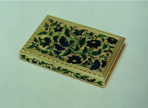 Суперобложка (записной книжки) Эмалированное золото. Французская. Париж, июль 1750 - октябрь 1756 г. Изготовитель: Жан Дюкролё (Jean Ducrollay), (мастер с 1734 года). Длина: 9.6 см. Ширина: 6.3 см. Толщина: 1 см. К189Ь Полупрозрачная эмаль - тех же цветов что и экспонаты.