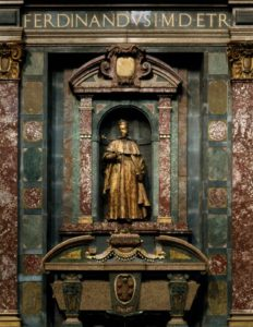 Капелла принцев, Сан-Лоренцо Фердинандо Такка. Саркофаг и статуя Фердинанда I.