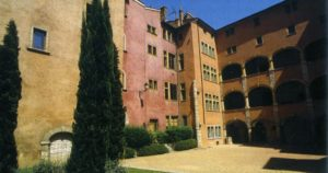 Улица Сен-Жан, дом 58, двор которого украшен колодцем периода Ренессанса в Старом Лионе