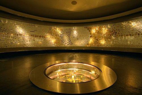 В музее золота освещение с золотым оттенком