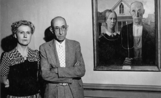 Неизвестный фотограф, Нэн Вуд Грэм и доктор Б. Х. Маккиби рядом с «Американской готикой» , 1942 год. Предоставлено архивом Художественного музея Сидар-Рапидс.
