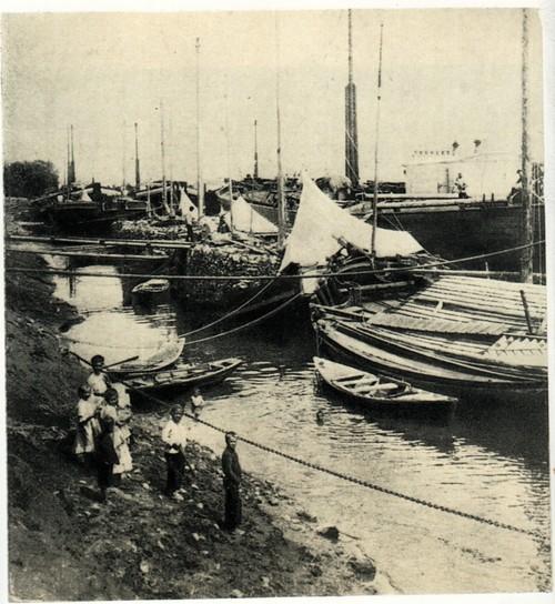Груженые суда у берега