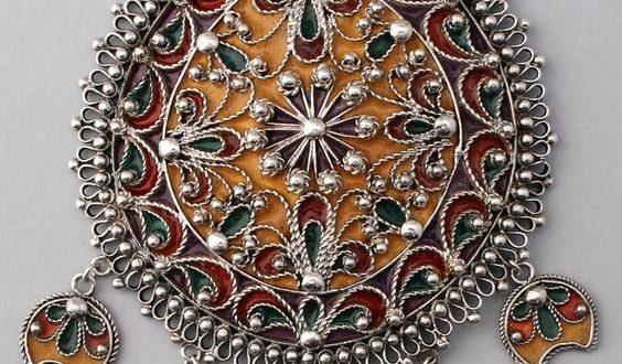 Это очень большой серебряный кулон из Болгарии из высококачественного серебра с эмалью золотого, пурпурного, зеленого и красного цветов. Скорее всего, конец 20 века, изготовлен в результате возрождения болгарских народных украшений.
