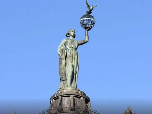 Скульптура Мухиной Мир в Волгограде